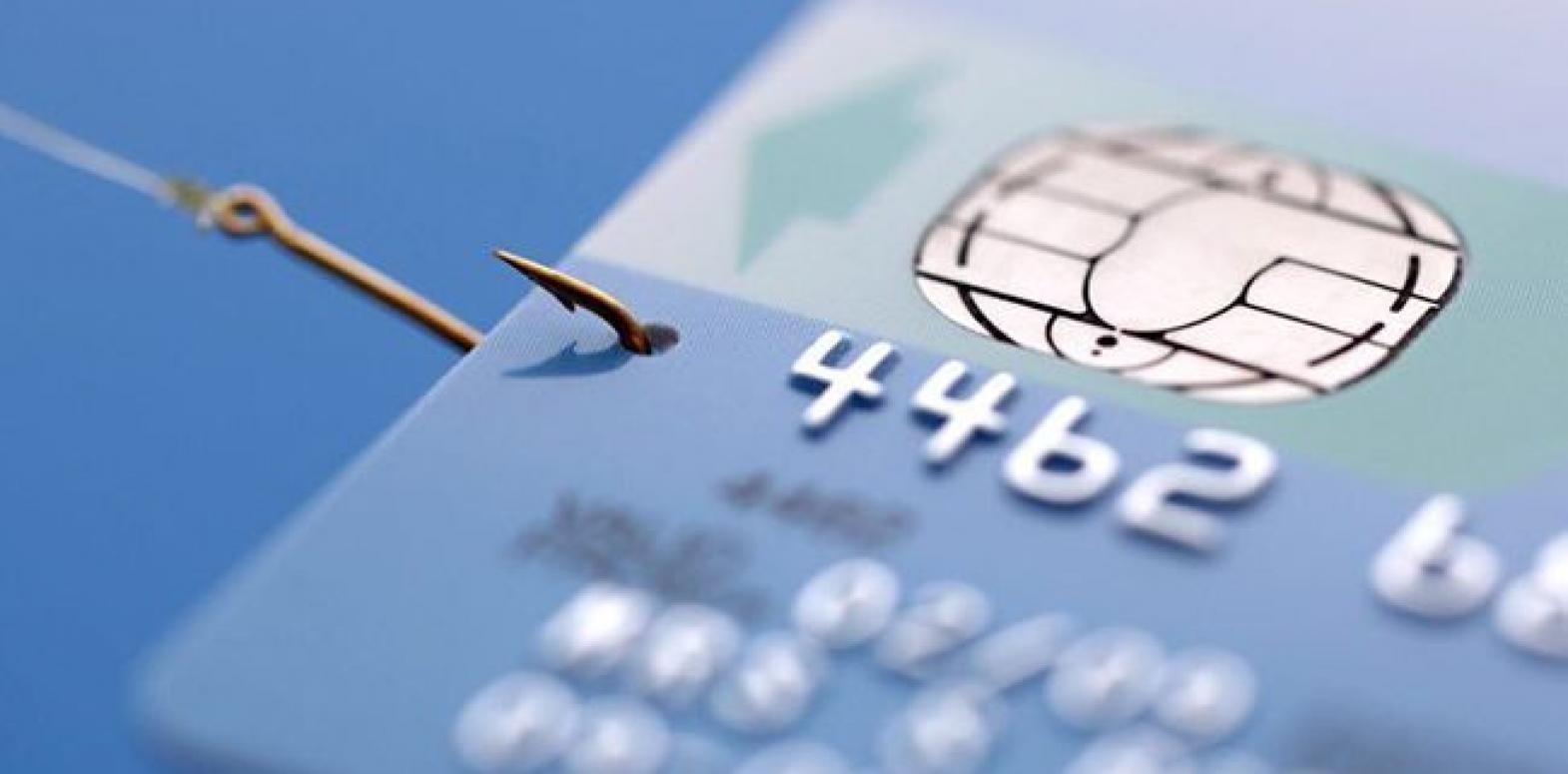 Доля безналичных операций с платежными картами достигла 50%