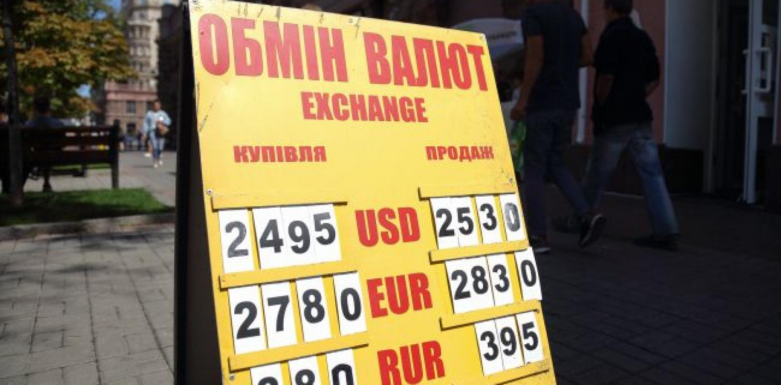 Курс доллара опустился ниже уровня 25 гривен