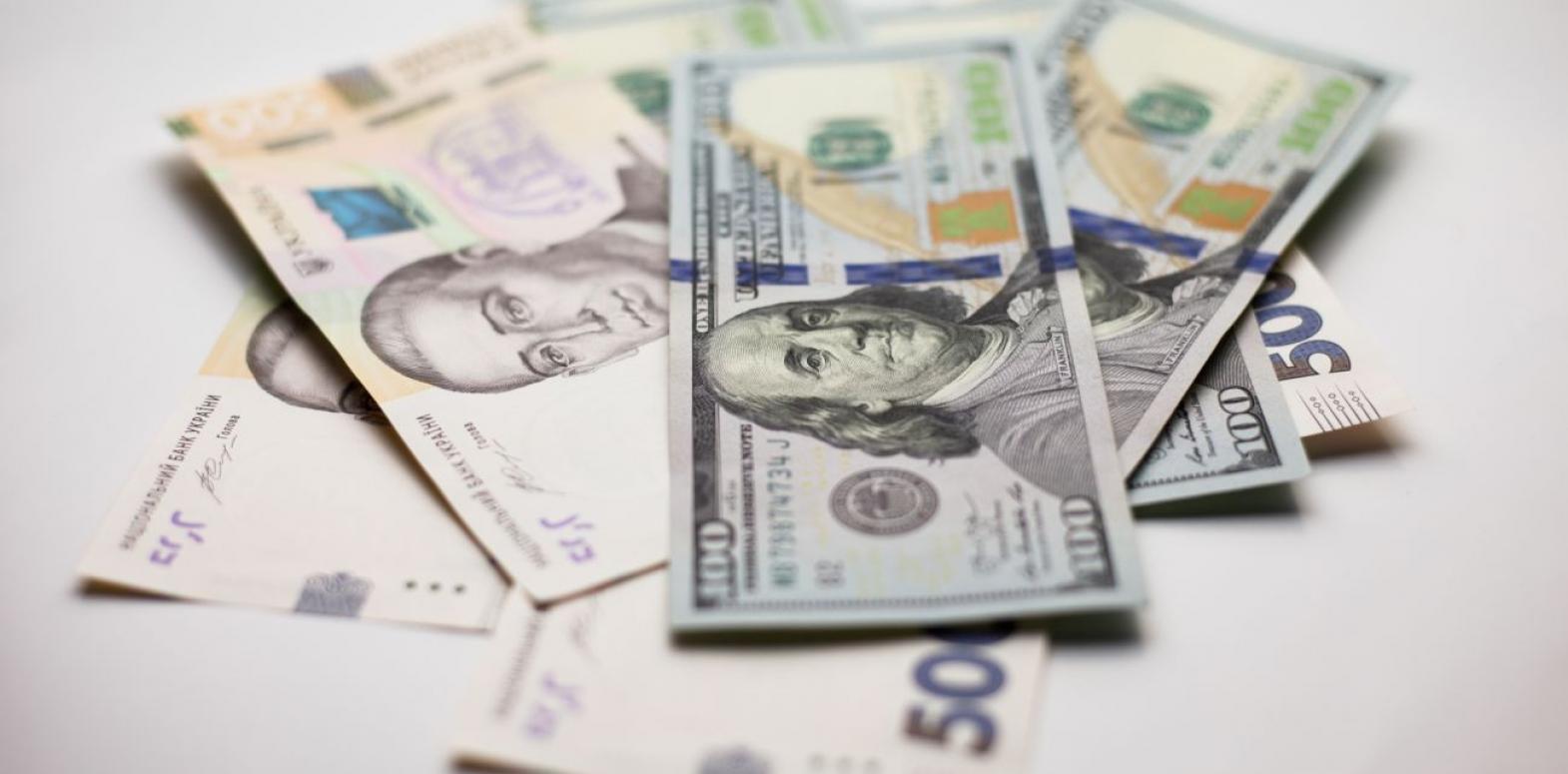 НБУ поднял курс доллара выше 27 гривен впервые с конца апреля