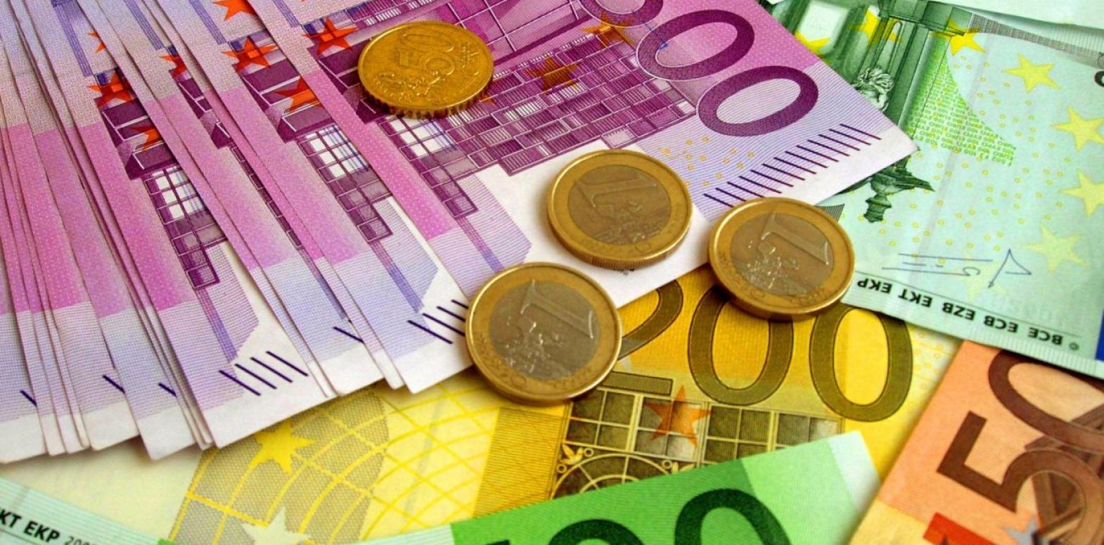 Курс евро снизился после достижения трехлетнего максимума