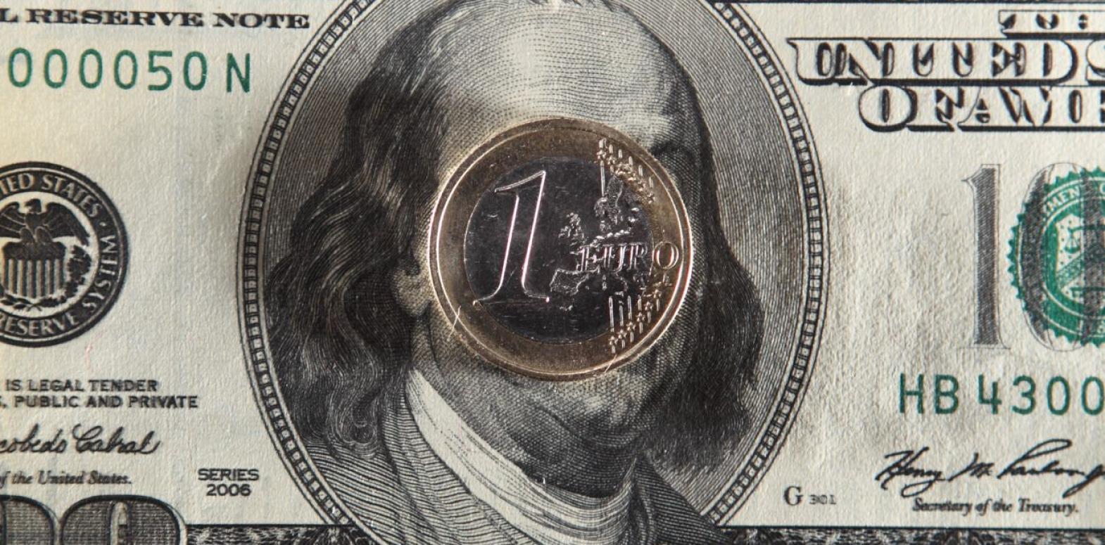Курс доллара к основным валютам упал до минимума за 2,5 года