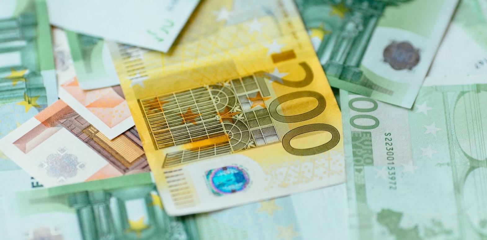 Курс евро упал до минимума с августа прошлого года