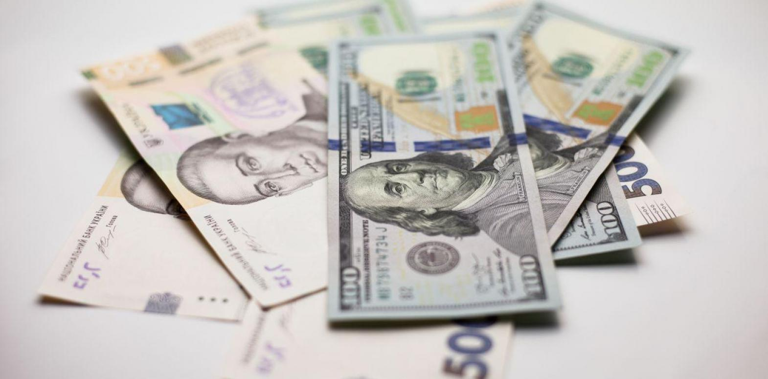 Курс доллара на межбанке ускорил рост и поднялся выше 27,50 гривен