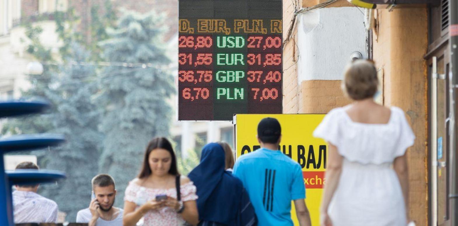 Украинцы сократили продажу валюты банкам: сколько обменяли за месяц