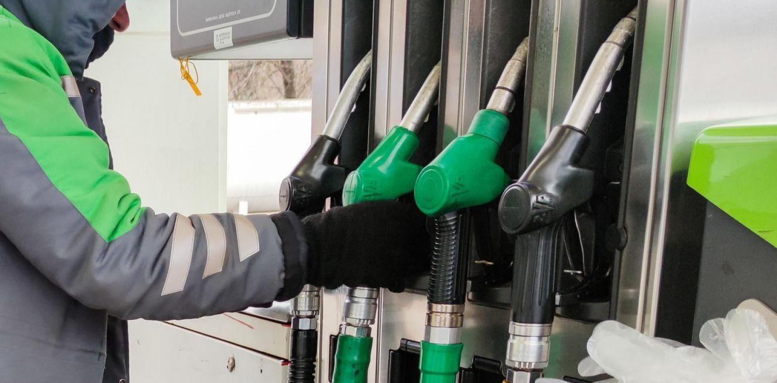 "Кабмин обязал АЗС снизить цены на бензин на 44 копейки по формуле ""Роттердам+"""