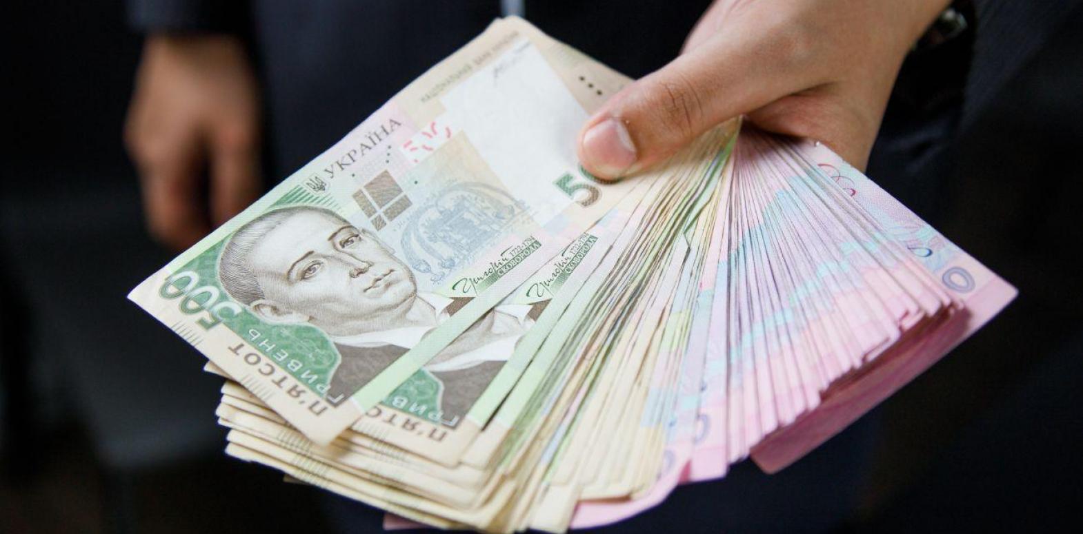 Средняя зарплата в Украине за месяц упала на 350 гривен